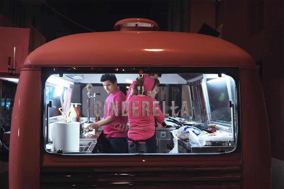 (Español) El primer Food Truck Festival de Dénia combina la gastronomía y la música en directo
